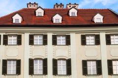 Fasad av det gamla huset på den huvudsakliga fyrkanten i Bratislava Arkivbilder