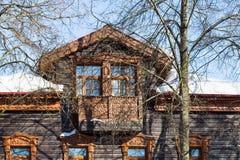 fasad av det gamla trästads- huset i den Suzdal staden arkivbild