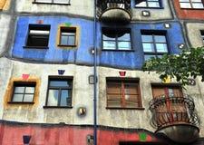 Fasad av det Huntdertwarsser huset i Wien Arkivfoton