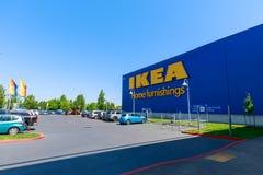 Fasad av det IKEA lagret i Portland, Oregon IKEA är återförsäljaren och försäljningarna för värld som \ 'för s den största möblem royaltyfria bilder