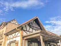 Fasad av det LaMadeleine Quaint French kafét med lantlig landsfa Arkivfoto