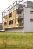 Fasad av det moderna plana huset med trä- och metalldelar Arkivbilder
