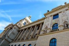Fasad av det nationella museet av Prague, Tjeckien royaltyfria bilder