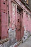 Fasad av det röda målade traditionella Huguenot huset för vävare` s på den Princelet gatan, Spitalfields, östliga London, UK arkivbilder