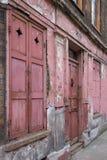 Fasad av det röda målade traditionella Huguenot huset för vävare` s på den Princelet gatan, Spitalfields, östliga London, UK royaltyfria foton