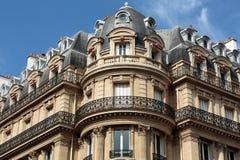 Fasad av det typiska huset med balkongen i den 16th arrondisementen av Paris Fotografering för Bildbyråer