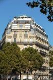 Fasad av det typiska huset med balkongen i den 16th arrondisementen av Paris Arkivfoto