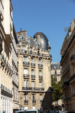Fasad av det typiska huset med balkongen i den 16th arrondisementen av Paris Royaltyfri Foto