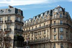 Fasad av det typiska huset med balkongen i den 16th arrondisementen av Paris Royaltyfri Fotografi