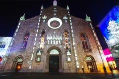 Fasad av domkyrkan av Como med de tända statyerna arkivbilder