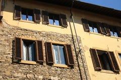 Fasad av en buidling i Rome med öppna slutare arkivbild