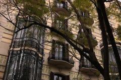 Fasad av en byggnad från det tidiga århundradet för th 20 med balkonger och blom- garneringar arkivfoto