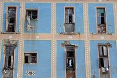 Fasad av en byggnad med gamla fönster Arkivfoto