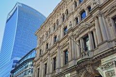 Fasad av en byggnad på Lombardgatan i det finansiella området av staden av London med den gataWalkie för 20 Fenchurch talkien in Royaltyfri Foto