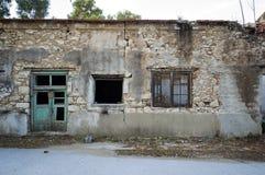Fasad av en förstörd och förfallen stenbyggnad Royaltyfri Foto