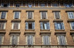 Fasad av en gammal byggnad i Rome Fotografering för Bildbyråer