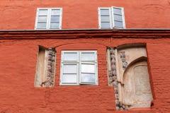 Fasad av en gammal byggnad i Stralsund, Tyskland royaltyfria foton
