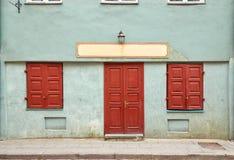 Fasad av en gammal byggnad i Vilnius, Litauen Arkivfoto
