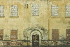 Fasad av en gammal byggnad med en dörr Royaltyfria Bilder