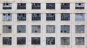 Fasad av en gammal eftersatt fabriksbyggnad royaltyfri bild