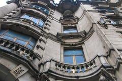Fasad av en gammal europeisk byggnad med balkonger och balustrader fotografering för bildbyråer