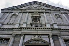 Fasad av en gammal katolsk kyrka inTalisay Batangas, Filippinerna arkivbilder
