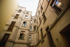 Fasad av en gammal lägenhetbyggnad Arkivfoton