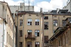 Fasad av en gammal lägenhetbyggnad i Lodz Arkivbild