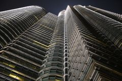 Fasad av en highscraper som ses under natten från ner royaltyfria foton