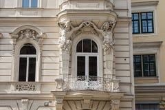 Fasad av en historisk byggnad i den gamla staden av Wien Arkivbilder