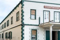 Fasad av en historisk domstolsbyggnad för gammal stad arkivfoto