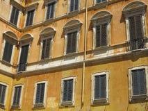 Fasad av en klassisk byggnad i den historiska mitten av Rome, Royaltyfri Fotografi