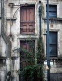 Fasad av en kollapsande övergiven kommersiell egenskap för herrelöst gods arkivfoton