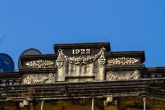 Fasad av en kolonial byggnad i Yangon, Myanmar. Arkivbilder
