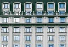Fasad av en modern eller för tappning konkret byggnad med fönster Royaltyfri Foto