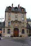 Fasad av en traditionell apartmemtbyggnad i Paris Fotografering för Bildbyråer