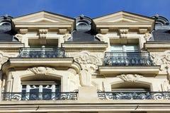 Fasad av en traditionell apartmemtbyggnad i Paris Royaltyfria Bilder
