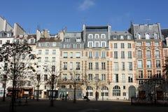 Fasad av en traditionell apartmemtbyggnad i Paris Arkivbild