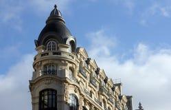 Fasad av en traditionell apartmemtbyggnad i Paris Royaltyfri Bild