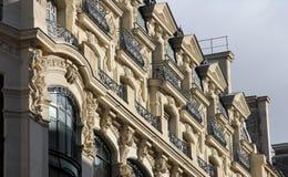 Fasad av en traditionell hyreshus i Paris Arkivfoton