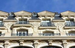 Fasad av en traditionell hyreshus i Paris Fotografering för Bildbyråer
