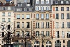 Fasad av en traditionell hyreshus i Paris Arkivfoto