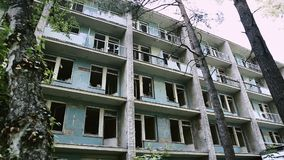 Fasad av en ?vergiven byggnad Nästan kollapsat och förstört stadskvarter Vandalismmodell Gammal byggnad f?r rivning lager videofilmer