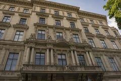 Fasad av ett gammalt hus i Wien fotografering för bildbyråer