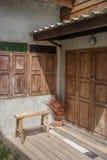 Fasad av ett gammalt hus med tappningresväskor nära dooen Royaltyfria Bilder