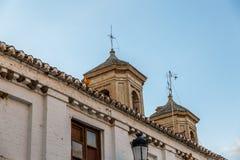 Fasad av ett gammalt hus med två torn, i Santa Fe, Granada, Sp Arkivbilder