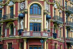 Fasad av ett härligt hus med balkonger och statyer Royaltyfri Foto