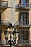 Fasad av ett hus i Barcelona och en gatalampa arkivbild