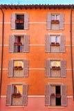 Fasad av ett hus med pittoreska fönster i Rome Royaltyfri Bild