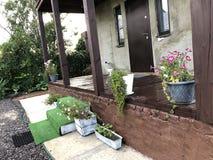 Fasad av ett landshus i sommar, by, trädgård arkivbild